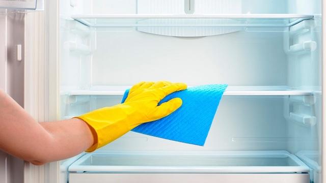 Неприятный запах в холодильнике: как устранить?