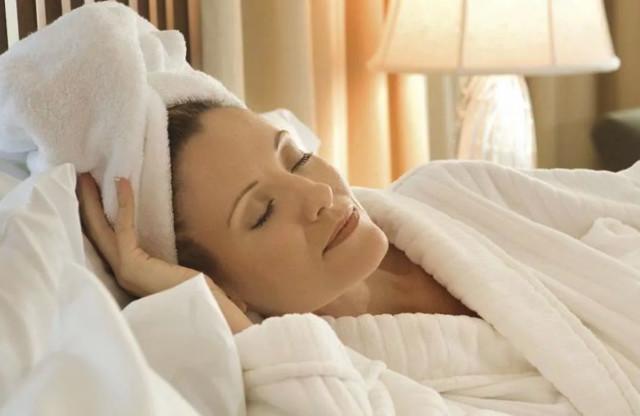 Почему не стоит ложиться спать с мокрыми волосами: причины